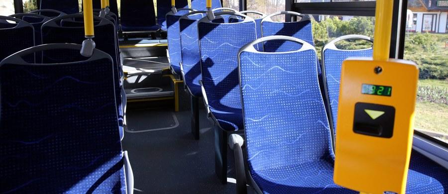 Strzały na krakowskim osiedlu Rybitwy. Trzech mężczyzn wywołało w miejskim autobusie awanturę, która zakończyła się strzałami z wiatrówki. Jeden z nich ranił 56-latka.