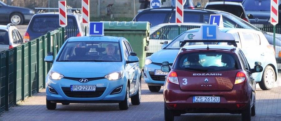 """Dobra wiadomość dla kandydatów na kierowców. """"Szykują się zmiany w części praktycznej egzaminu na prawo jazdy"""" - ujawnia w środowym wydaniu """"Rzeczpospolita""""."""