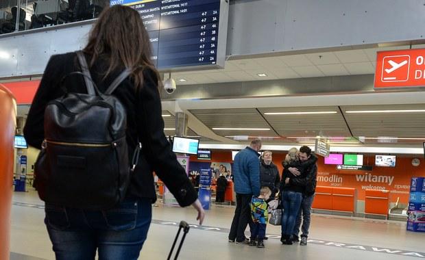 Zatrzymano sprawcę dwóch fałszywych alarmów bombowych na lotniskach w Modlinie i na warszawskim Okęciu. Okazał się nim 29-letni mieszkaniec Starachowic (woj. świętokrzyskie). Mężczyzna przyznał się do winy. Grozi mu do 8 lat więzienia. W związku z alarmem ewakuowano w sumie 700 pasażerów.