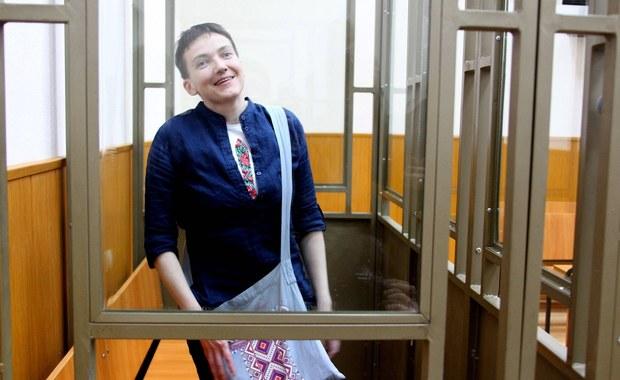Skazana przez rosyjski sąd na 22 lata więzienia ukraińska lotniczka Nadija Sawczenko rozpoczęła tzw. suchą głodówkę – poinformował w sieciach społecznościowych jej adwokat Mark Fejgin. Oznacza to, że Ukrainka nie przyjmuje ani jedzenia, ani napojów.