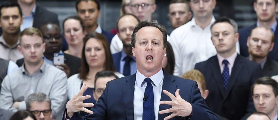 Lider brytyjskiej opozycji Jeremy Corbyn wezwał do wszczęcia dochodzenia w sprawie finansów premiera Davida Camerona. Powodem tej interwencji stało się ujawnienie faktu, iż ojciec premiera, Ian Cameron, korzystał z dobrodziejstw rajów podatkowych. Jego nazwisko znalazło się wśród dokumentów, które wyciekły z kancelarii prawniczej Mossack Fonseca w Panamie.