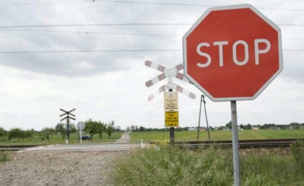 Co najmniej do listopada zawieszone zostało śledztwo w sprawie tragicznego wypadku na przejeździe kolejowym w Pniewach w Kujawsko-Pomorskim. W czerwcu ub. roku zginęła tam dwójka dzieci. W samochód, którym kierowała ich matka uderzył szynobus. Kobieta usłyszała już zarzuty. Biegły, który przygotowywał kluczową opinię dotyczącą okoliczności wypadku zrezygnował, oficjalnie z powodów zdrowotnych.