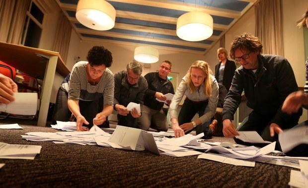 Referendum w Holandii w sprawie umowy stowarzyszeniowej UE-Ukraina jest atakiem na jedność Europy i wartości europejskie – oświadczył ukraiński prezydent Petro Poroszenko komentując wyniki głosowania. W referendum Holendrzy zdecydowanie wypowiedzieli się przeciwko umowie stowarzyszeniowej z Ukrainą. Według wstępnych wyników, przeciwko umowie głosowało 61 proc. wyborców, a poparło ją 38 proc. Referendum jest ważne, bo frekwencja przekroczyła 30 proc.