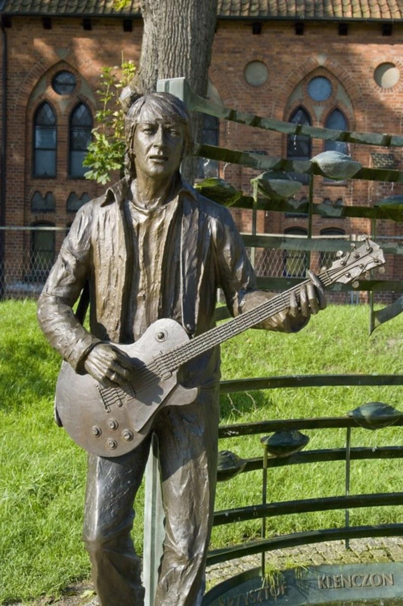 """35 lat temu, 7 kwietnia 1981 r. w szpitalu w Chicago zmarł Krzysztof Klenczon, autor wielu przebojów Czerwonych Gitar, w prasie często nazywany """"polskim Johnem Lennonem""""."""