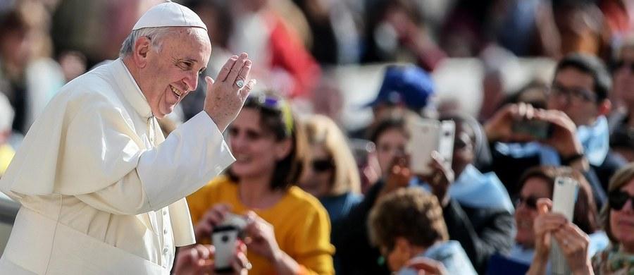 Papież Franciszek poleci 16 kwietnia na grecką wyspę Lesbos - ogłosił Watykan, potwierdzając wcześniejsze doniesienia o planowanej wizycie w miejscu, gdzie przebywają tysiące uchodźców, głównie z Syrii.