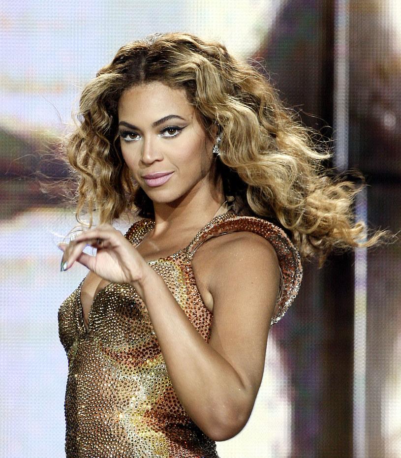 """Beyonce pozwała firmę z Teksasu, zajmującą się sprzedażą ubrań i innych akcesoriów, na których widnieje napis """"Feyonce"""". Wokalistka uznała, że słowo za bardzo przypomina jej imię i jest celowym zabiegiem zastosowanym przez przedsiębiorstwo."""