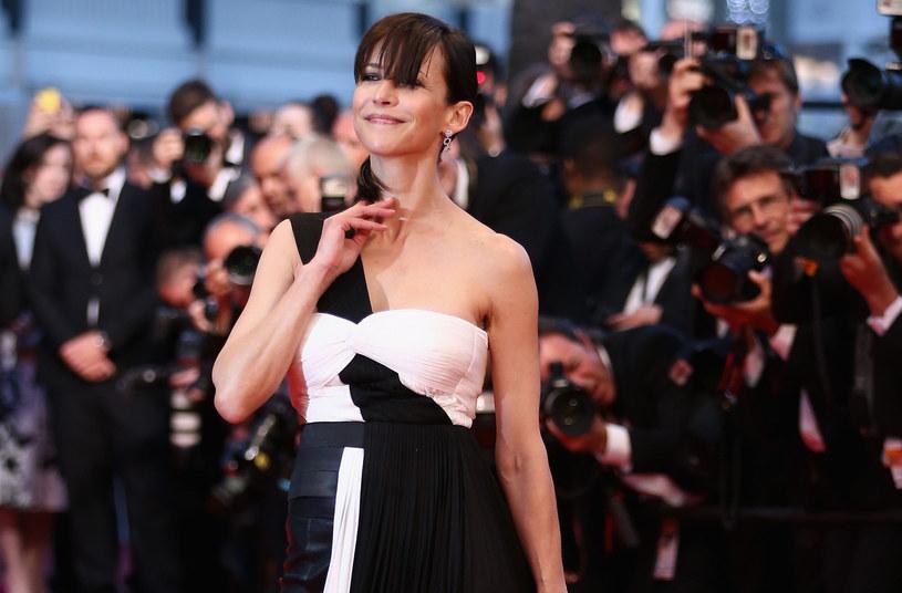 Tym razem role się odwróciły. To gwiazda ekranu, sławna francuska aktorka Sophie Marceau zaczęła polować na... paparazzich i filmuje ich na ulicach Paryża. Nagrania następnie umieszcza na portalach społecznościowych - co bardzo się nie podoba fotografowanym.