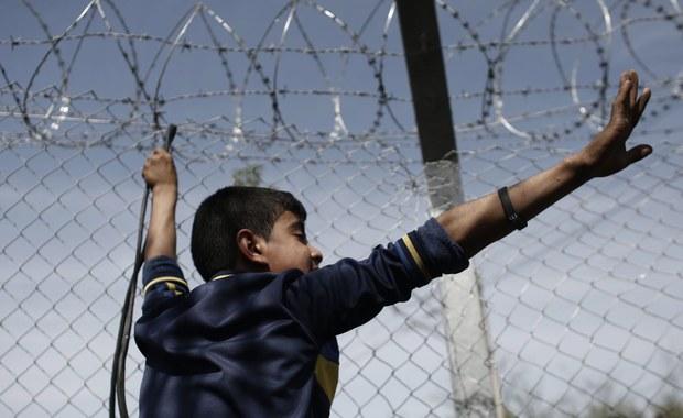 """Austria planuje budowę płotów na granicy z Węgrami - potwierdziło tamtejsze Ministerstwo Spraw Wewnętrznych. Zabezpieczenia pojawią się także m.in. na przełęczy Brenner na granicy z Włochami. """"Przygotowujemy się na trasę alternatywną, przede wszystkim przez wschodnie Bałkany"""" – mówi austriacka minister spraw wewnętrznych Johanna Mikl-Leitner, odnosząc się w ten sposób do problemu uchodźców, którzy przemieszczają się w stronę Wiednia, a następnie do Niemiec."""
