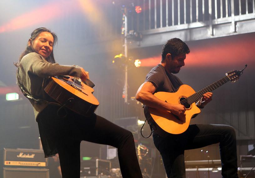 Meksykański duet gitarowy Rodrigo y Gabriela odwiedził w czwartek (7 kwietnia) Warszawę i zagrał swój drugi koncert w naszym kraju. Jednak zachowanie publiczności ewidentnie spodobało się artystom i przeprosili, że ich drugi występ odbył się dopiero teraz i że na pewno przyjadą nad Wisłę w 2017 roku, gdy będą promować nową płytę.