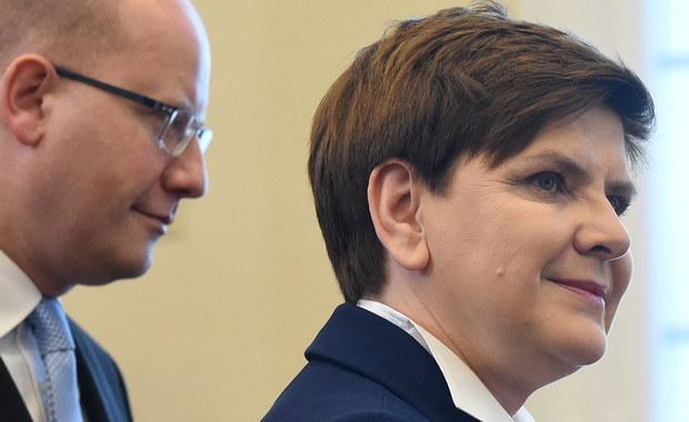 """Grupa Wyszehradzka nie zgodzi się na zmianę unijnych zasad dotyczących relokacji uchodźców - oświadczyła premier Beata Szydło po zakończeniu polsko-czeskich konsultacji międzyrządowych. Z kolei premier Czech Bohuslav Sobotka dodał, że według niego """"w ramach Unii Europejskiej nie trzeba wdrażać stałego systemu relokacji uchodźców na podstawie kwot""""."""