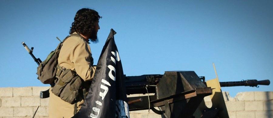 """Sekretarz stanu USA John Kerry oświadczył w Bagdadzie, że tzw. Państwo Islamskie (IS) utraciło już 40 proc. terytoriów, które kontrolowało w 2014 r. w Iraku ogłaszając swój kalifat, i że """"bez cienia wątpliwości"""" wyzwolony zostanie Mosul. """"Priorytetem, najważniejszą sprawą dla Stanów Zjednoczonych jest teraz wyzwolenie Mosulu (północny Irak)"""" - oświadczył Kerry."""