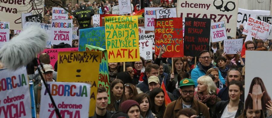 """""""Martwe nie będziemy rodzić"""", """"Edukacja seksualna zamiast kościelnej propagandy"""", """"Matka Polka ma już dość"""", """"Nie chcesz aborcji, to jej sobie nie rób"""", """"Moja macica, nie pani broszka"""" - takie hasła można było usłyszeć i zobaczyć w sobotę przed Sejmem podczas demonstracji """"Odzyskać wybór"""". Część protestujących przyniosła wieszaki, które stały się symbolem sprzeciwu wobec zaostrzenia przepisów antyaborcyjnych. Protesty odbyły się również w innych miastach w Polsce i za granicą."""