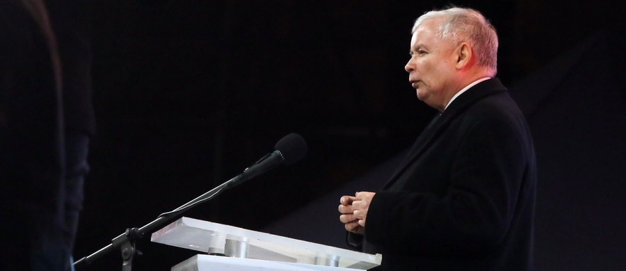 W najbliższych tygodniach powołamy komitet budowy na Krakowskim Przedmieściu pomników: smoleńskiego i prezydenta Lecha Kaczyńskiego - zapowiedział prezes PiS Jarosław Kaczyński w przemówieniu, wygłoszonym w 6. rocznicę katastrofy smoleńskiej przed Pałacem Prezydenckim. Mówił również m.in. o tym, że przebaczenie jest potrzebne, ale po przyznaniu się do winy i po wymierzeniu odpowiedniej kary.