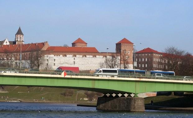 Największe wyzwania, którym musi w związku ze Światowymi Dniami Młodzieży sprostać Kraków to organizacja ruchu w mieście w trakcie wydarzenia oraz przygotowanie transportu zbiorowego – wynika z raportu o stanie przygotowań opublikowanego przez władze miasta. Według danych Komitetu Organizacyjnego ŚDM chęć przyjazdu do Krakowa zadeklarowało do tej pory ok. 600 tys. osób, które dokonały rejestracji. Szacuje się, że w różnych punktach programu ŚDM może uczestniczyć łącznie od 1,5-2 mln osób – najwięcej w wydarzeniu kulminacyjnym czyli czuwaniu modlitewnym i mszy św. z udziałem papieża Franciszka w Brzegach k. Wieliczki.