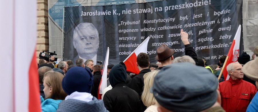 """Parlament Europejski """"jest zaniepokojony tym, że faktyczny paraliż Trybunału Konstytucyjnego w Polsce zagraża demokracji, prawom człowieka i rządom prawa"""" - brzmi projekt rezolucji unijnego parlamentu, do którego dotarła Polska Agencja Prasowa. Frakcja PiS zgłosiła swój projekt rezolucji o sytuacji w Polsce. Głosowanie zaplanowano na środę."""