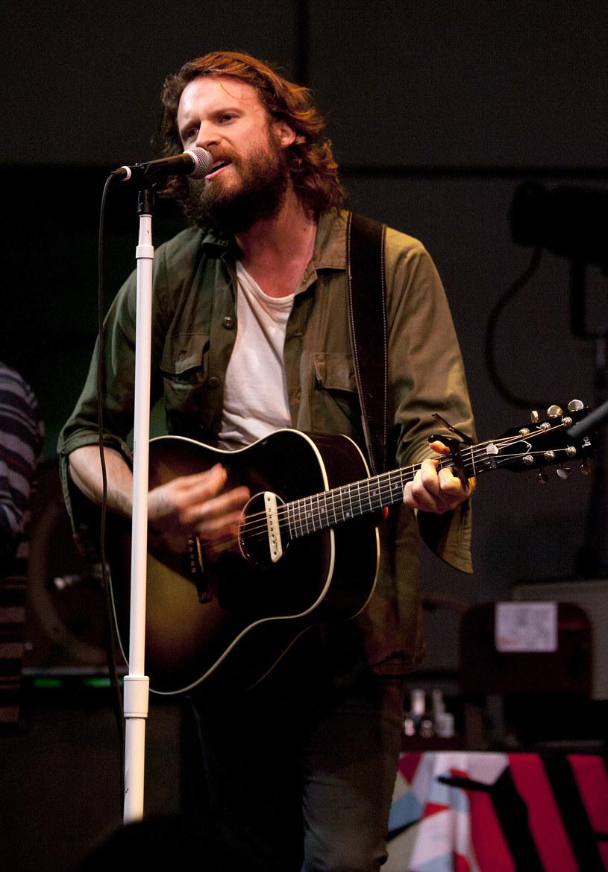 """W wywiadzie dla magazynu """"Rolling Stone"""" amerykański wokalista Father John Misty opowiedział o swoim udziale w koncercie Taylor Swift, w trakcie którego muzyk był pod wpływem LSD."""