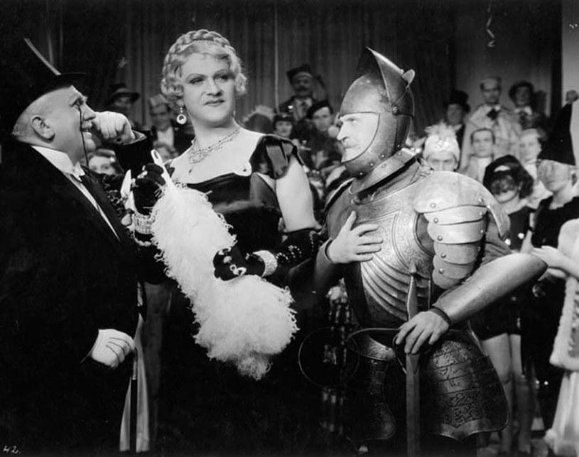 """W polskim kinie przedwojennym było niewiele erotyzmu. Sztywne ramy obyczajowe kilkukrotnie przełamał Eugeniusz Bodo. Był pierwszym aktorem, który pokazał na ekranie nagi tors, odważył się też wystąpić w przebraniu kobiety. To on wyśpiewał: """"Sex appeal, to nasza broń kobieca""""."""