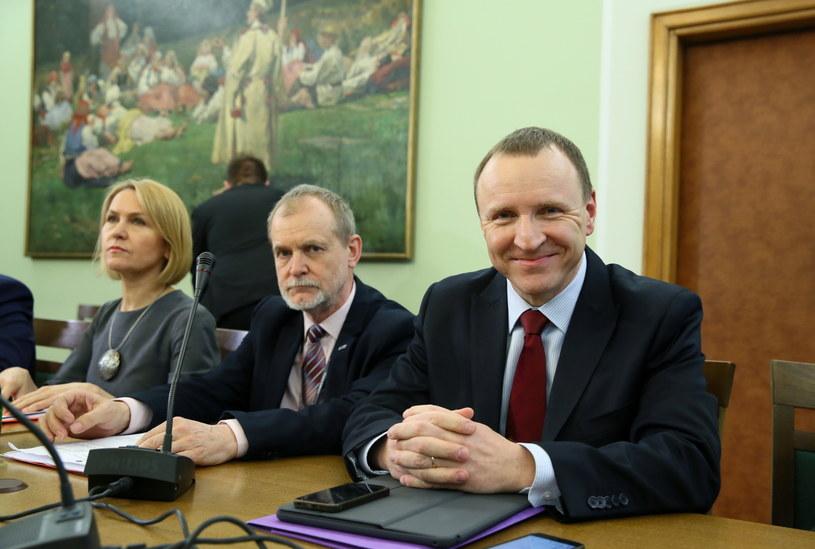 Z Polskiego Radia zwolniono dwie osoby, a z TVP jedną; pod nowymi rządami zmiany kadrowe, w tym odejścia za porozumieniem stron, objęły w obu firmach po kilkadziesiąt osób - mówili w środę przed sejmową komisją kultury prezes PR Barbara Stanisławczyk i szef TVP Jacek Kurski.