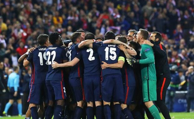 Broniący trofeum piłkarze Barcelony przegrali w rewanżowym meczu 1/4 finału Ligi Mistrzów na wyjeździe z Atletico Madryt 0:2 i odpadli z rozgrywek. Do półfinału awansował też Bayern Monachium, który zremisował w Lizbonie z Benficą 2:2, a tydzień temu wygrał 1:0.