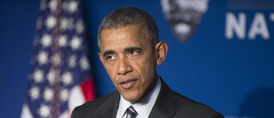 Międzynarodowa koalicja pod egidą USA zepchnęła dżihadystyczne Państwo Islamskie (IS) w Syrii i Iraku do defensywy - powiedział prezydent USA Barack Obama po spotkaniu z doradcami ds. bezpieczeństwa w siedzibie CIA.