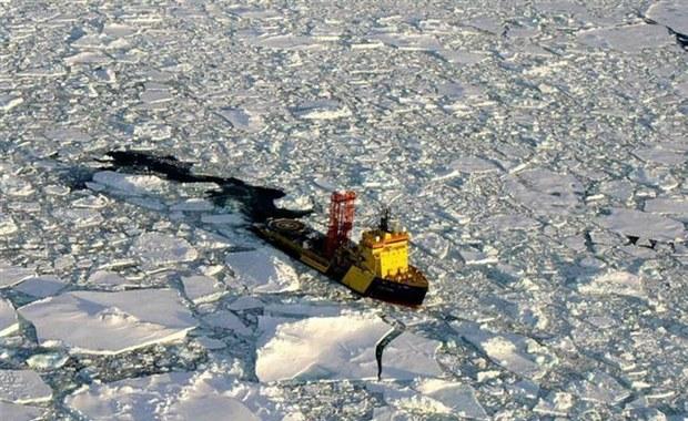 """Choć do niedawna geograficzny biegun północny wędrował w stronę Zatoki Hudsona w Ameryce Północnej, teraz gwałtownie skręcił w stronę Wielkiej Brytanii i porusza się dwa razy szybciej – czytamy w dzienniku. Wiemy to dzięki nowym obserwacjom GPS – informuje """"Gazeta Wyborcza""""."""
