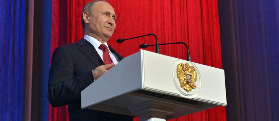 Sytuacja w gospodarce Rosji jeszcze się nie poprawiła, ale są pozytywne trendy - ocenił prezydent Rosji Władimir Putin. Podkreślił, że rząd oczekuje spadku PKB w tym roku, ale w następnym niewielkiego wzrostu.