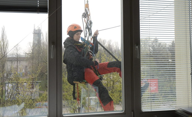 """""""Kończymy protest na dachu Ministerstwa Środowiska, ale rozpoczynamy nowy etap kampanii"""" - poinformował dyrektor Greenpeace Polska Robert Cyglicki. Nie zdradził jednak szczegółów dalszych działań ekologów."""
