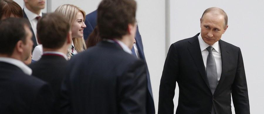 """Władimir Putin nie wykluczył, że """"za jakiś czas"""" przedstawi Rosjanom nową pierwszą damę. Taka sugestia padła podczas dorocznej telekonferencji rosyjskiego prezydenta z obywatelami. Odpowiadając na pytania dotyczące życia osobistego Putin przyznał również, że """"wprawdzie rzadko, ale widuje się z byłą żoną Ludmiłą""""."""