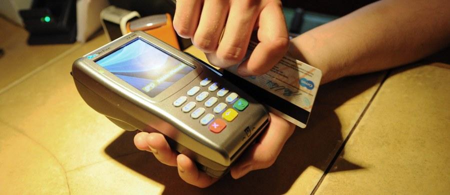 Włoscy karabinierzy rozbili szajkę klonującą karty płatnicze w bankomatach i restauracjach w centrum Rzymu. Zagraniczni turyści stracili z tego powodu około miliona euro. Śledztwo wykazało, że gang działał także na terenie Wielkiej Brytanii, Niemiec i Holandii. W tej sprawie zatrzymano już 17 obywateli Włoch i Rumunii.