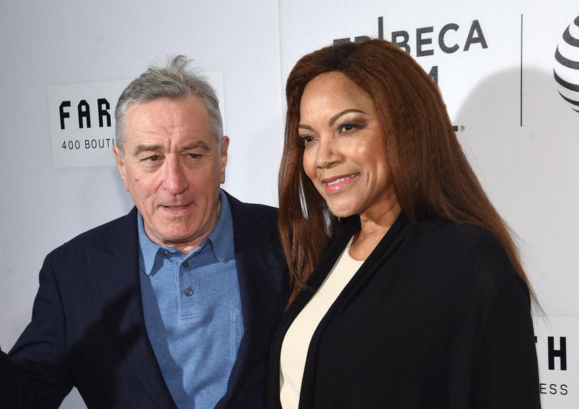 Z nowej, polskojęzycznej biografii Roberta De Niro dowiemy się m.in., że ten uznany aktor zawsze miał słabość do kobiet o ciemnym kolorze skóry. Jeśli jakaś dama wpadła mu w oko, nie przebierał w środkach, by nawiązać nową znajomość.
