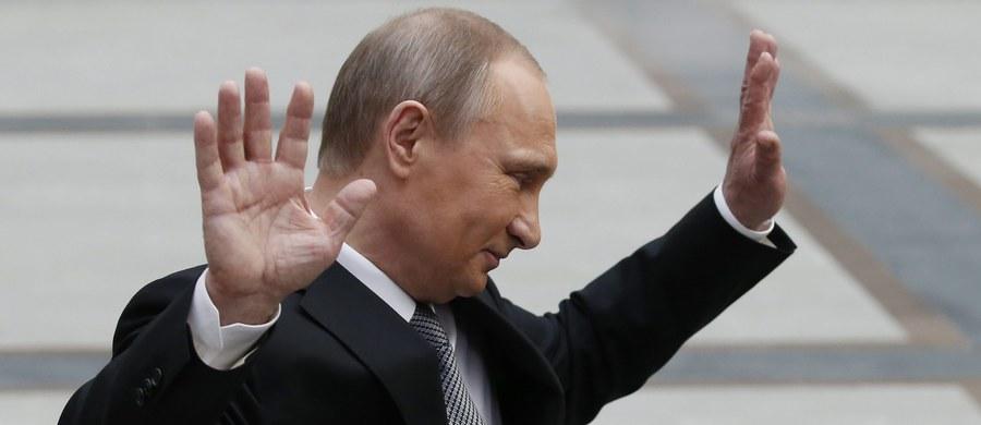 Wystarczył jeden dzień, by w jednym z syberyjskich miast naprawiono ulice, by pracownicy pewnego zakładu dostali zaległe wynagrodzenia, a utalentowane dziecko zostało zaproszone na letni obóz. Wszystko to - jak donosi agencja Associated Press - za sprawą prezydenta Władimira Putina.