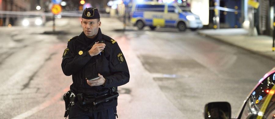 Blisko 40 osób starło się podczas zawodów w piłce nożnej, zorganizowanych dla mieszkańców kilku ośrodków dla uchodźców niedaleko Östersund w Szwecji. Uczestnicy bijatyki używali pałek i metalowych rurek. Poszkodowanych zostało kilka osób, w tym 17-letni chłopiec.