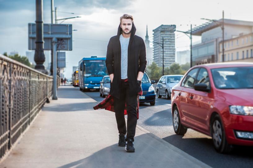 """Mieszkający od pewnego czasu w Londynie Marcin Mroziński (teraz jako Martin Fitch) prezentuje teledysk do singla """"Dzieli nas""""."""