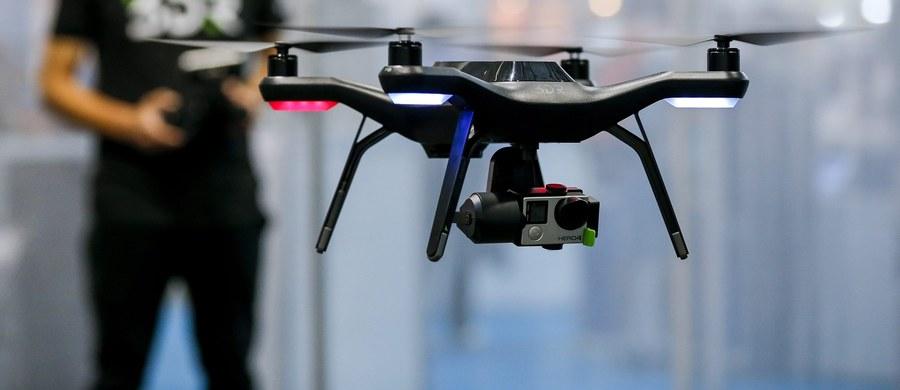 Brytyjskie władze zastanawiają się nad zaostrzeniem przepisów dotyczących dronów. Ma to związek z incydentem, do którego doszło podczas lądowania pasażerskiego airbusa z 132 osobami na pokładzie - w maszynę uderzył zdalnie sterowany pojazd, latający nad lotniskiem Heathrow w Londynie. To pierwszy taki przypadek na Wyspach Brytyjskich.