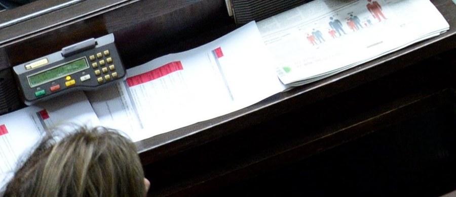 """Prokuratura Okręgowa w Warszawie wszczęła dwa postępowania sprawdzające w sprawie czwartkowego głosowania """"na dwie ręce"""" w Sejmie - dowiedział się reporter RMF FM, Paweł Balinowski. Tego dnia podczas wyboru sędziego Trybunału Konstytucyjnego Małgorzata Zwiercan z klubu Kukiz'15 zagłosowała za siebie oraz za Kornela Morawieckiego, którego nie było wtedy na sali."""