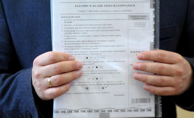 Gimnazjaliści, sprawdźcie jak Wam poszło. Na RMF24 publikujemy arkusze i propozycje odpowiedzi z pierwszego dnia egzaminów. To WOS, historia i język polski. Jutro uczniowie klas III zmierzą się z testem sprawdzającym ich wiedzę przyrodniczą i matematyczną. Arkusze i odpowiedzi z tej części egzaminu także pojawią się na naszej stronie.