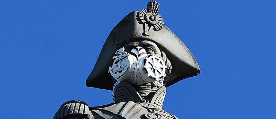 Działacze Greenpeace'u pozakładali dziś w Londynie posągom maski gazowe w ramach kampanii promującej czystsze powietrze. W maskę ubrano nawet admirała Nelsona na ponad 50-metrowej kolumnie na Trafalgar Square.