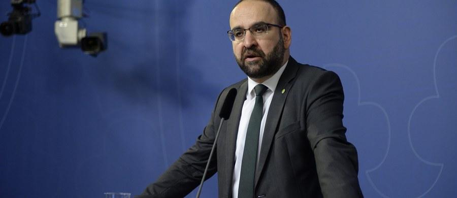 Szwedzki premier zdymisjonował ministra budownictwa mieszkaniowego i urbanizacji Mehmeta Kaplana (Partia Zielonych) w związku z ujawnieniem przez media, że spotkał się on z przedstawicielem tureckiej terrorystycznej organizacji Szare Wilki. Według szwedzkich ekspertów Loefven zmusił Kaplana do dymisji, aby ratować już osłabione kryzysem migracyjnym notowania rządu.