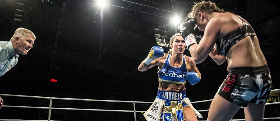 """Bokserska mistrzyni świata Szwedka Mikaela Lauren postawiła organizatorom swojej sobotniej walki w Sztokholmie ultimatum: zażądała, by zamiast """"lekko odzianych"""" kobiet numery kolejnych rund prezentowali w ringu """"młodzi przystojni mężczyźni""""."""