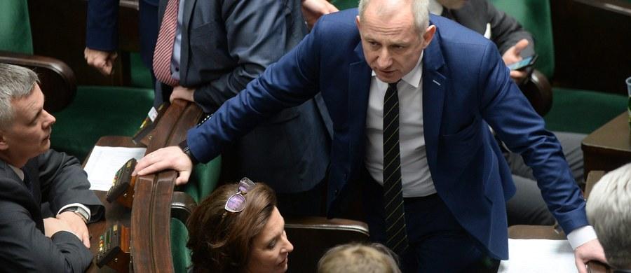 Marszałek Sejmu odmawia nam dostępu do nagrań wideo z przebiegu czwartkowego głosowania nad wyborem sędziego Trybunału Konstytucyjnego - twierdzi opozycja. Zostaliśmy poinformowani, że taśmy zostały przekazane prokuraturze - mówią po posiedzeniu Konwentu Seniorów przedstawiciele Platformy Obywatelskiej i Nowoczesnej. PO zapowiada, że złoży wniosek do prokuratury o ujawnienie nagrań.