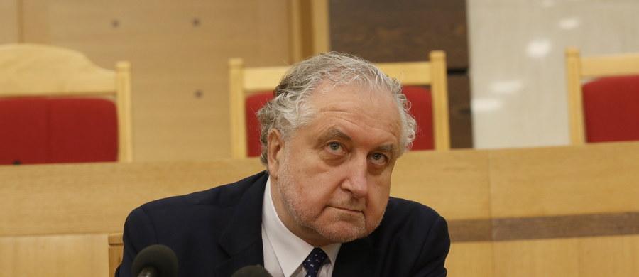 Komisja ekspertów powołana przez marszałka Sejmu działa z intencją, żeby nic się nie działo - oświadczył prezes TK Andrzej Rzepliński. Jego zdaniem działanie komisji powołanej, by wypracować kompromis w sprawie sporu o Trybunał Konstytucyjny, jest sprzeczne z opinią Komisji Weneckiej.