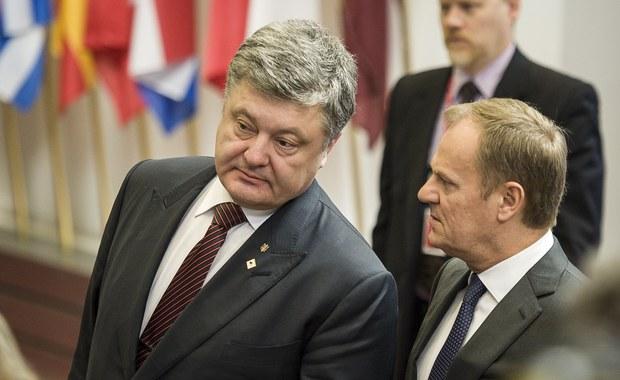 Prezydent Ukrainy Petro Poroszenko oraz przewodniczący Rady Europejskiej Donald Tusk omówili w rozmowie telefonicznej nowy etap stosunków między Kijowem a Brukselą. Tematem rozmowy była także sytuacja w Donbasie, gdzie wciąż dochodzi do starć z prorosyjskimi separatystami.