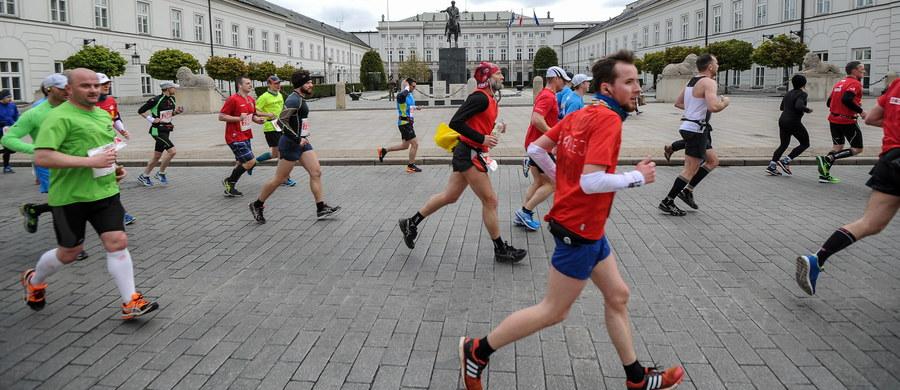 """""""Maratonów w Warszawie jest zdecydowanie za dużo. Każdy Warszawiak spotyka się z tym, że wielokrotnie w roku stolica jest paraliżowana"""" – mówi, pytany przez słuchaczy, czy na miejscu Hanny Gronkiewicz-Waltz zakazałby organizowania maratonów i marszów KOD-u, gość Kontrwywiadu RMF FM, Jacek Sasin z PiS. """"Byłbym za tym, żeby organizować jeden wielki maraton. Niekoniecznie jest dobrym pomysłem, żeby firmy organizowały swoje maratony kosztem pozostałych mieszkańców Warszawy"""" – dodaje polityk. Marsze KOD-u? Sasin odpowiada, że pozwoliłby na ich organizację. """"Każdy ma prawo w ramach demokracji - niezależnie od tego, czy się z nim zgadzam - organizować pokojowe manifestacje"""" – uważa gość RMF FM."""
