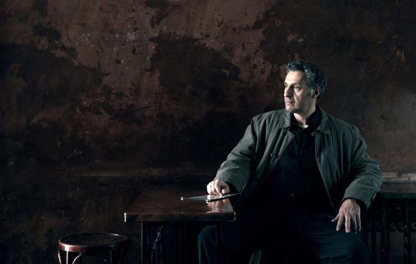 """Nowy miniserial HBO -""""Długa noc"""" - będzie można obejrzeć już latem tego roku Produkcja, która jest dziełem scenarzysty Stevena Zaillana (Oscar za scenariusz """"Listy Schindlera"""", nominacja za """"American Gangster"""") oraz pisarza i scenarzysty Richarda Price'a (""""Kolor pieniędzy"""", serial """"Prawo ulicy""""), opowiada o tajemniczej sprawie zabójstwa z kulturowymi i politycznymi podtekstami w tle."""