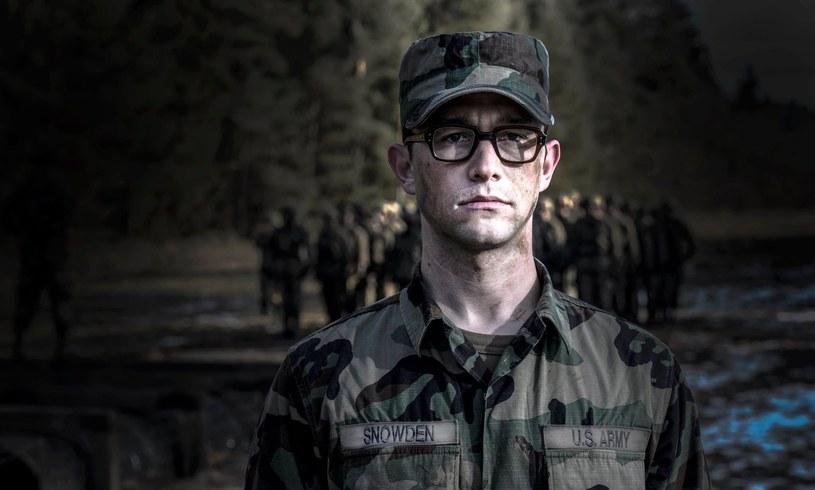 """Pojawił się pierwszy zwiastun biograficznego filmu """"Snowden"""" w reżyserii Olivera Stone'a. Tyłową rolę zagrał Joseph Gordon-Levitt."""