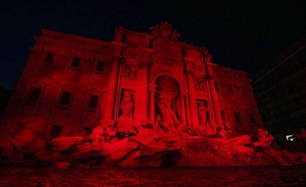 Rzymska fontanna di Trevi została w piątek wieczorem oświetlona na czerwono w hołdzie dla ponad 200 milionów chrześcijan prześladowanych na świecie. Kolor symbolizuje krew męczenników - wyjaśnili inicjatorzy tej akcji z organizacji Pomoc Kościołowi w Potrzebie.