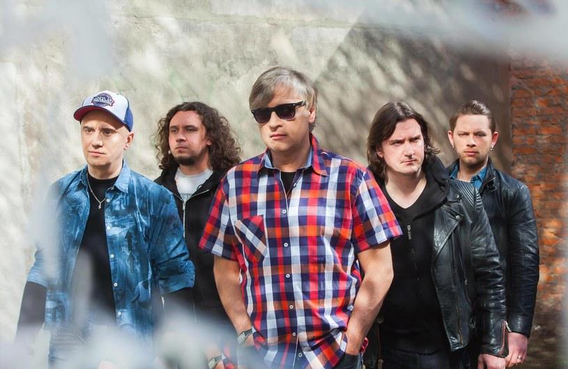 """""""Fortepiany"""" to najnowszy singel grupy Rezerwat promujący pierwszą od prawie 30 lat płytę studyjną - """"Dotykaj""""."""