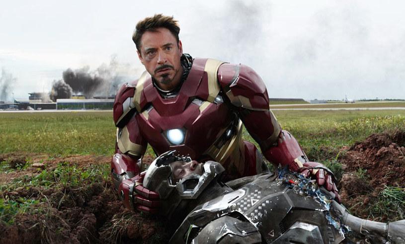 """Geniusz, miliarder, playboy i filantrop - tak właśnie Tony Stark odpowiedział Steve'owi Rogersowi na zaczepkę, kim jest Iron Man bez swojej zbroi. Ta błyskotliwa riposta w punkt opisuje naszego bohatera, który prawie od 10 lat z dezynwolturą nosi zbroję Iron Mana. Czy można sobie wyobrazić """"Wojnę bohaterów"""" bez Iron Mana, on sam twierdzi, że choć w większości scen najnowszego hitu Marvela występuje Steve Rogers, to on przecież jest na plakacie!"""