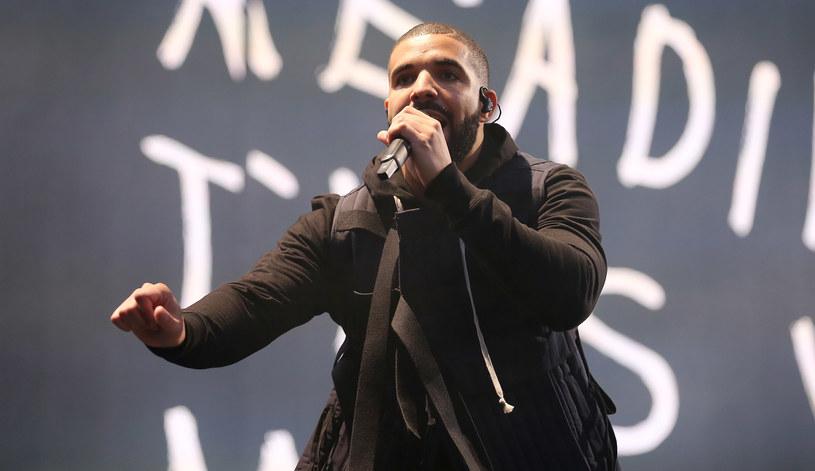 """Po kilku miesiącach dominacji Adele została zdetronizowana w Wielkiej Brytanii. Jej rekord odsłuchów w serwisach streamingowych z utworem """"Hello"""" został pobity przez Drake'a i numer """"One Dance""""."""