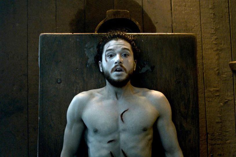 """Kit Harington przeprosił fanów """"Gry o tron"""" za kłamstwo dotyczące ekranowych losów jego bohatera - Jona Snowa."""